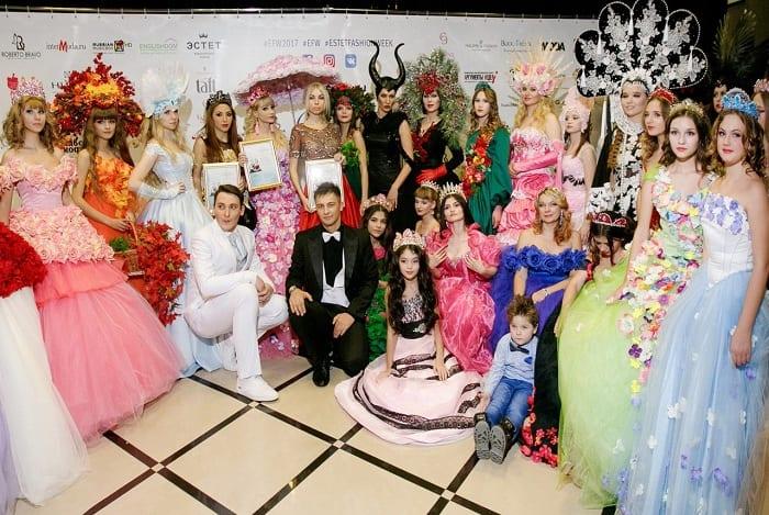b3f1e1fe3566 Русская Барби Татьяна Тузова стала дизайнером и представила свою первую  коллекцию платьев из цветов для взрослых и детей на Estet Fashion Week.