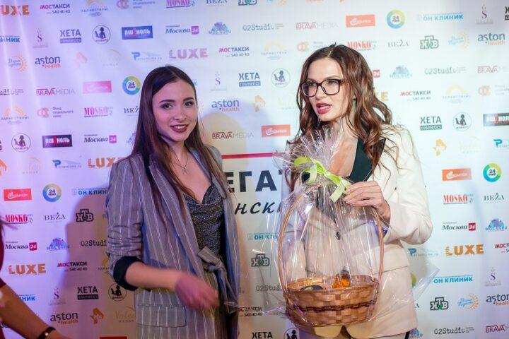 Певица Миранда и Эвелина Блёданс с подарком от партнера Xeta Cosmetics
