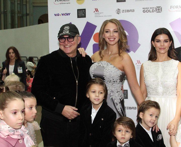 Dmitry Dibrov con sua moglie Polina e i suoi figli
