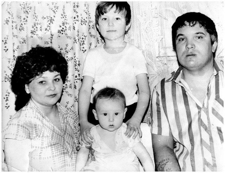 Руслан Юняев с родителями и старшим братом